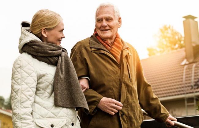 Kotihoidon hoitokäynneillä voidaan tehdä kaikenlaista, vaikka ulkoilua yhdessä