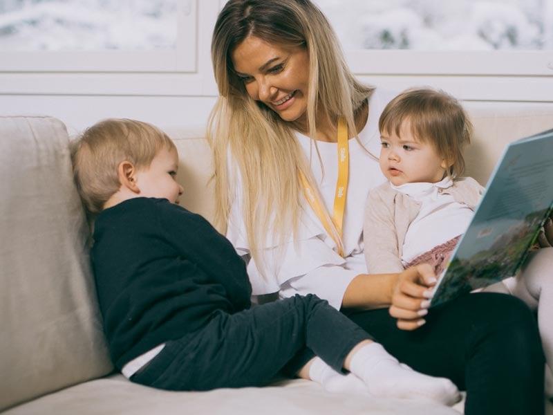 Lastenhoito: Sohvalla lukuhetkellä