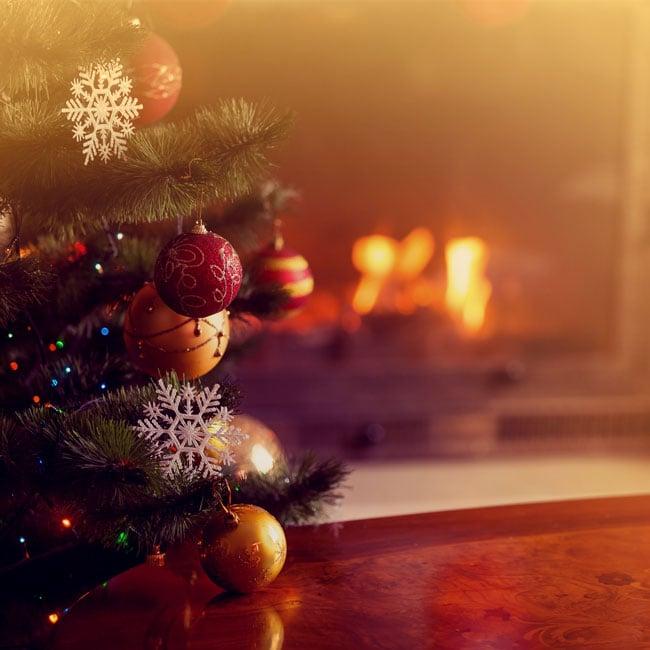 Joulutunnelmaa: kuusi ja takka