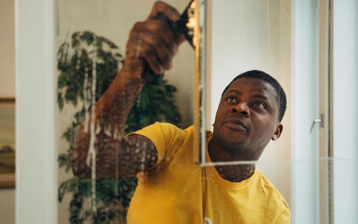 Ammattilaiset pesevät ikkunat ripeästi ja takuulla puhtaaksi